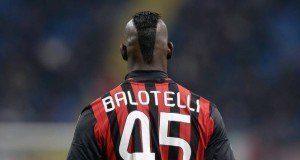 Balotelli uwanjani jana na mashabiki wake.