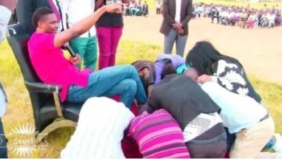 Mchungaji Huyu Kiboko Awalazimisha Waumini Kulamba Viatu Vyake